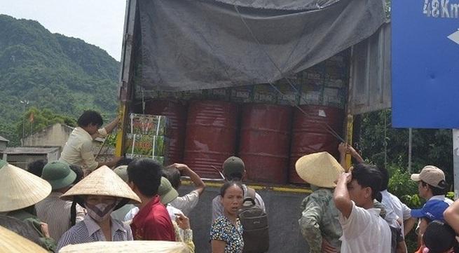 Thanh Hóa: Hàng trăm người dân chặn xe chở thuốc trừ sâu