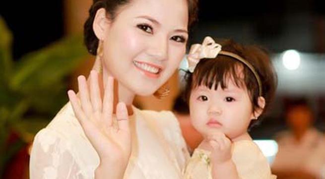 Mẹ con HH Trần Thị Quỳnh lộng lẫy trên sân khấu
