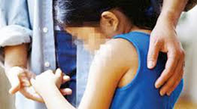 Bé gái 5 tuổi bị bố dượng hờ dùng ớt tươi hành hạ