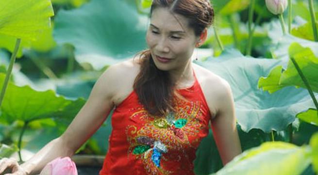 Hà Nội: Lên bà ngoại vẫn mặc yếm chụp ảnh sen