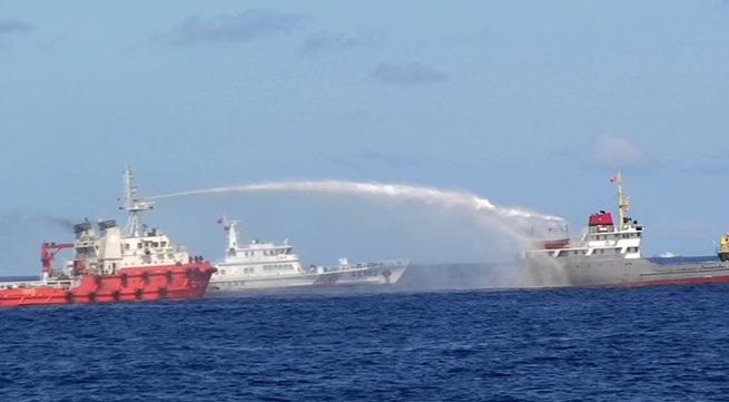 """Tàu cảnh sát biển """"tách"""" đội tàu Trung Quốc, bảo vệ ngư dân"""