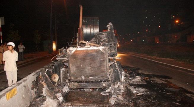 """""""Bà hỏa"""" thiêu rụi xe đầu kéo container"""