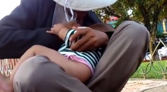 """Cháu bé 3 tháng tuổi bị """"bố"""" dầm mưa dãi nắng để xin tiền"""