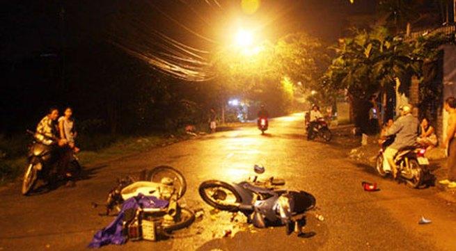Xe máy tông nhau kinh hoàng, 3 người nguy kịch