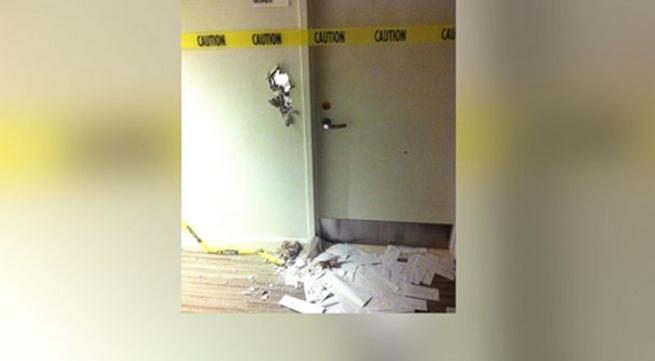 Đục thủng tường nhà vệ sinh sau 8 giờ bị mắc kẹt