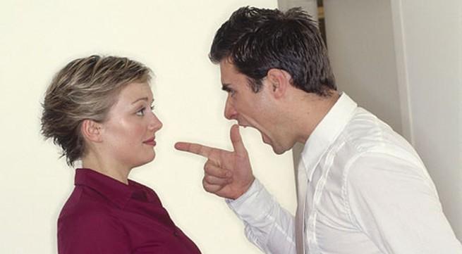 """Chồng gọi vợ là """"con chó, đồ ngu"""""""