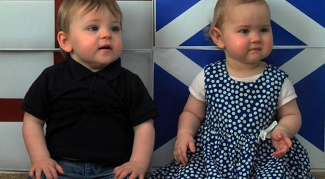 Cặp song sinh chào đời ở hai quốc gia