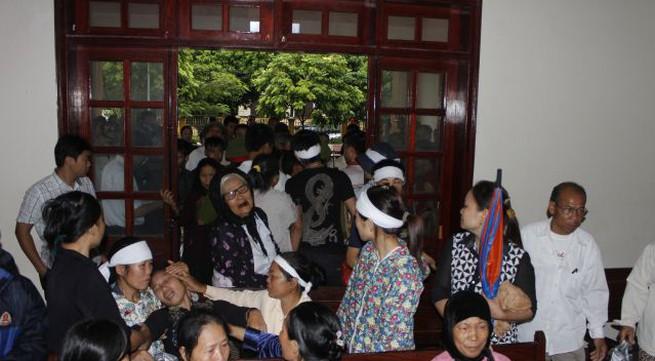 """Quang cảnh đầy nước mắt phiên tòa xử vụ """"quan tài diễu phố"""""""