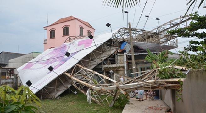 """Bảng quảng cáo """"khổng lồ"""" đè sập nhà, 33 người phải ngủ ngoài trời?"""