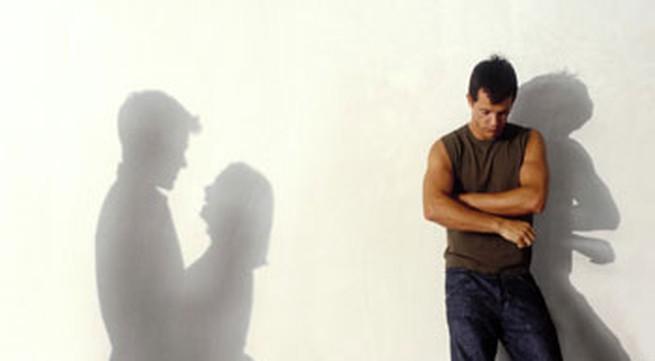 Nghi vấn vợ ngoại tình từ dấu vết lạ trên màn