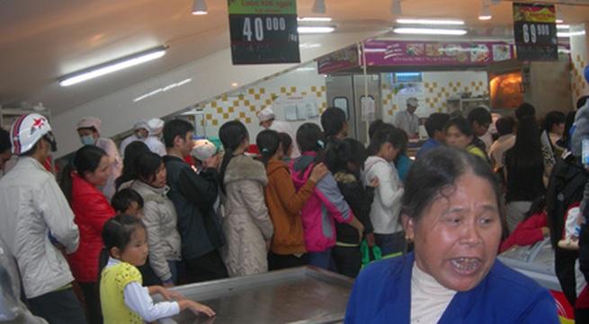 Nhà nhà lũ lượt kéo nhau đi xếp hàng dài mua gà quay