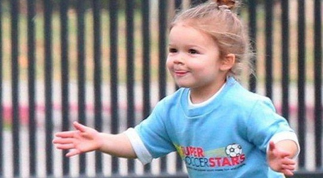 """Công chúa nhà Beckham diện """"quần đùi, áo phông"""" đá bóng như bố"""