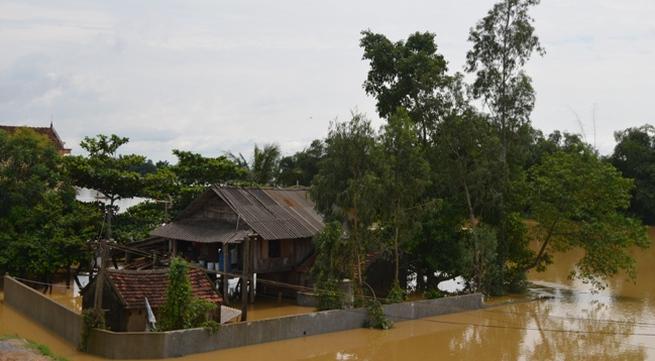 Nghệ An: Hàng ngàn người dân mắc kẹt trong lũ