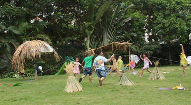 Trường mầm non mua rơm và trâu cho trẻ chơi hè