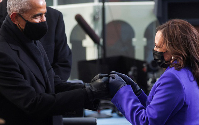 Khoảnh khắc biểu tượng khi ông Obama cụng tay với bà Harris