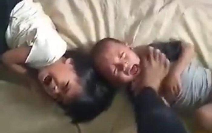 Bố giẫm chân lên cổ con nhỏ, cầm dao dọa giết mặc 2 đứa trẻ gào khóc thảm thiết, nguyên nhân bắt nguồn từ...