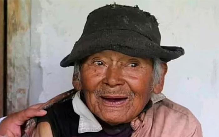 Leo núi 3 giờ để tiêm vaccine Covid-19 cho cụ 121 tuổi