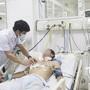 Bác sĩ cứu sống người đàn ông bị trúng đạn nguy kịch